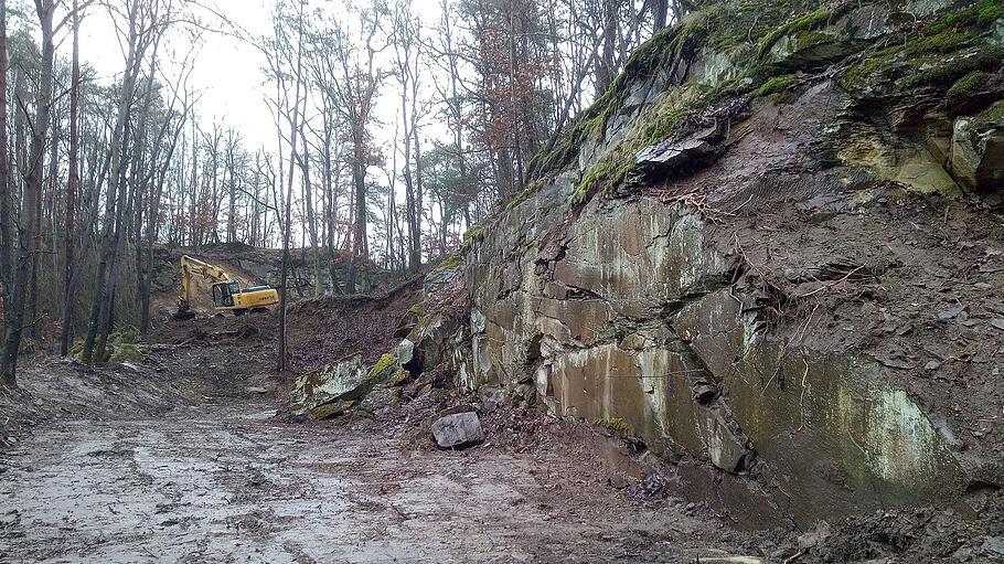 Der Bagger bei der Arbeit im Steinbruch Eyershausen